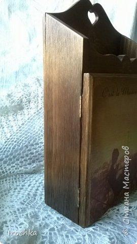 """Добрый день всем! Давно ничего небыло у меня декупажного...Исправляюсь! Ключница """"Рассвет в Париже"""", деревянная заготовка с чудесным рисунком дерева....Как же я обожаю аромат древесины!!!! так бы и гладила, прижимала к себе, втягивала легкие древесные нотки... Т.к. заготовка частично сделана из фанеры (дверца, задняя стенка), с помощью строительного фена обожгла только деревянные поверхности - дно, боковушки... аромат стоял...Ммммм! И дым!))))) Далее брашировка с помощью насадки на гравёре... Работала в очках и респираторе, а потом час отмывала ванную от жженой пыли... Морилка в три цвета - от мокко до светлого дуба. фото 3"""