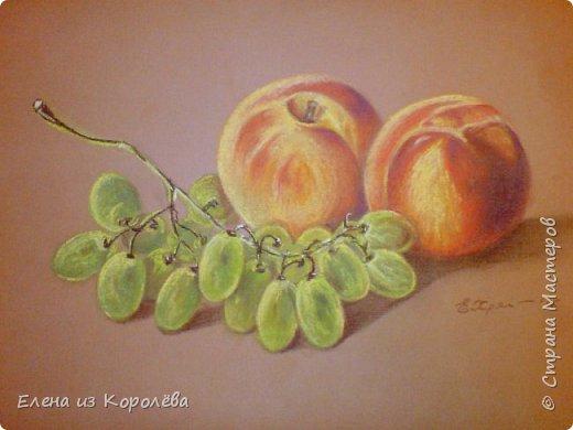 Персики и виноград.  Пастель...