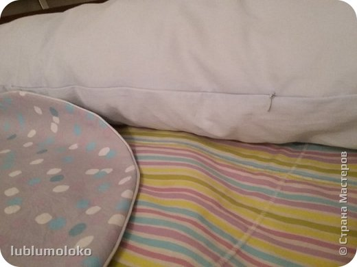 Одна знакомая девочка попросила сшить ей подушку. Такое я еще не шила, поэтому для приобретения опыта согласилась. Заказала она большущую, 1,5 м длиной, 1 м шириной. фото 3