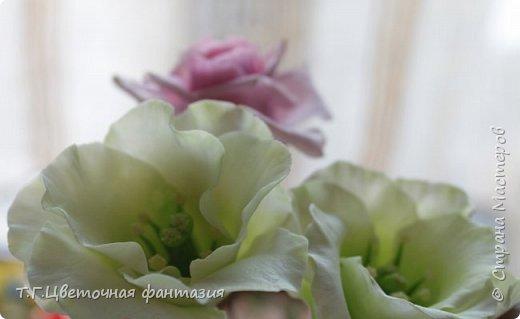 Всем привет!Поступил заказ на двух-уровневую композицию.Основные цветы:розы и эустомы.Остальное мелочевка.Вот решила отснять,пока они на одном уровне)))Это не все,которые будут,но одни из первых)) фото 10