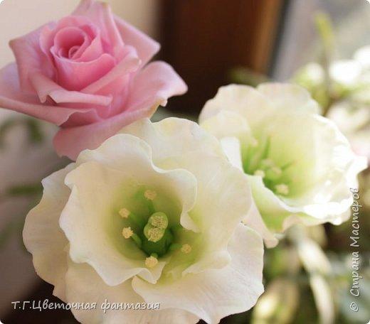 Всем привет!Поступил заказ на двух-уровневую композицию.Основные цветы:розы и эустомы.Остальное мелочевка.Вот решила отснять,пока они на одном уровне)))Это не все,которые будут,но одни из первых)) фото 2