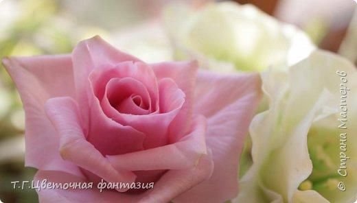 Всем привет!Поступил заказ на двух-уровневую композицию.Основные цветы:розы и эустомы.Остальное мелочевка.Вот решила отснять,пока они на одном уровне)))Это не все,которые будут,но одни из первых)) фото 5