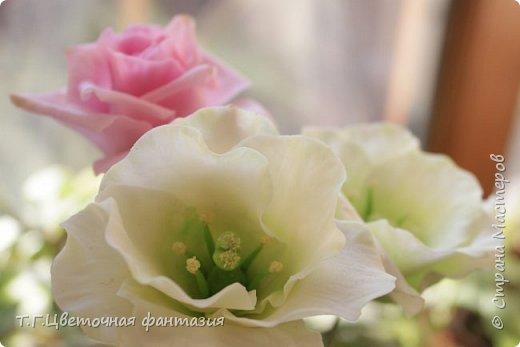 Всем привет!Поступил заказ на двух-уровневую композицию.Основные цветы:розы и эустомы.Остальное мелочевка.Вот решила отснять,пока они на одном уровне)))Это не все,которые будут,но одни из первых)) фото 1