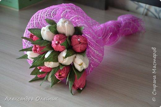 Здравствуйте уважаемые гости моего блога. Решила попробовать себя в цветочно-конфетном искусстве, а заодно и сделать своим близким подарки к замечательному дню 8 марта. Вот что из этого получилось)  фото 1