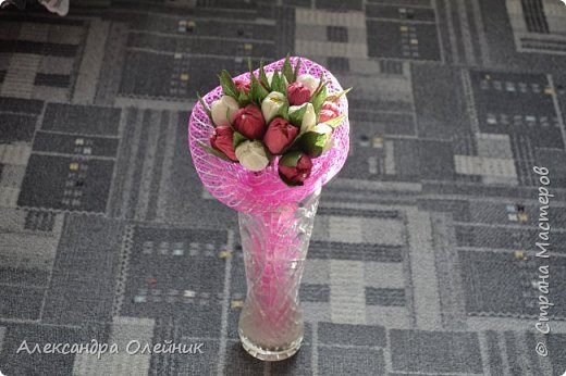 Здравствуйте уважаемые гости моего блога. Решила попробовать себя в цветочно-конфетном искусстве, а заодно и сделать своим близким подарки к замечательному дню 8 марта. Вот что из этого получилось)  фото 2