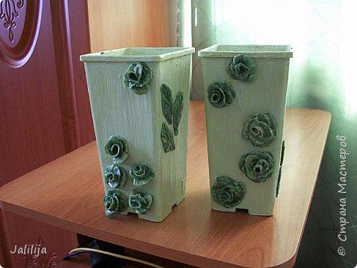 Уважаемые мастерицы, большие и маленькие! Мы же ничего не выбрасываем!. Всё стараемся пустить в дело.Я купила 3 года назад саженцы роз. Магазинная упаковка так и просилась в дело. В результате появились эти две вазы для мелочей. фото 3