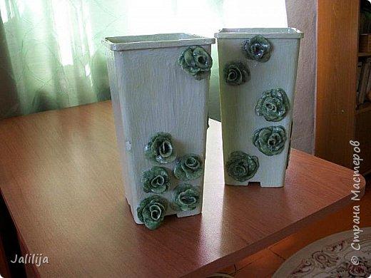 Уважаемые мастерицы, большие и маленькие! Мы же ничего не выбрасываем!. Всё стараемся пустить в дело.Я купила 3 года назад саженцы роз. Магазинная упаковка так и просилась в дело. В результате появились эти две вазы для мелочей. фото 4