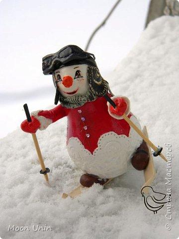 Вот такой у меня получился задорный снеговик-лыжник) Основа фигурки - лампочка. фото 1