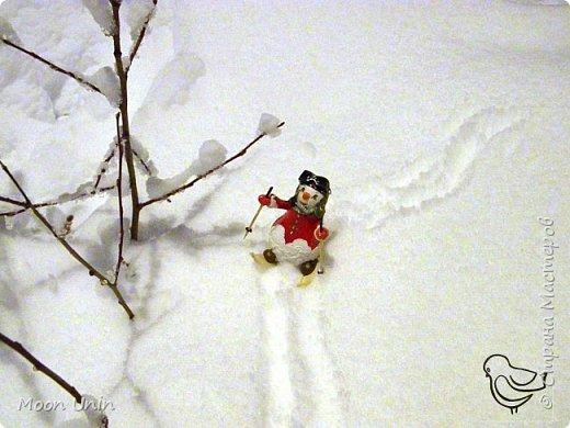 Вот такой у меня получился задорный снеговик-лыжник) Основа фигурки - лампочка. фото 2