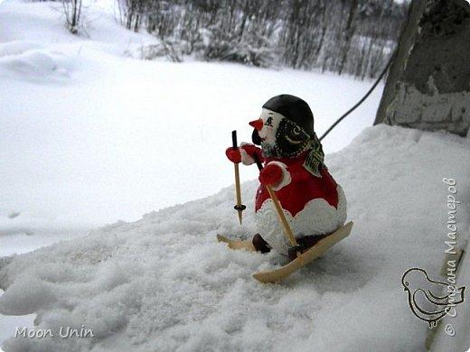 Вот такой у меня получился задорный снеговик-лыжник) Основа фигурки - лампочка. фото 4
