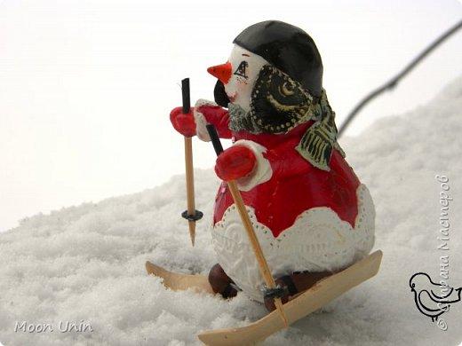 Вот такой у меня получился задорный снеговик-лыжник) Основа фигурки - лампочка. фото 5