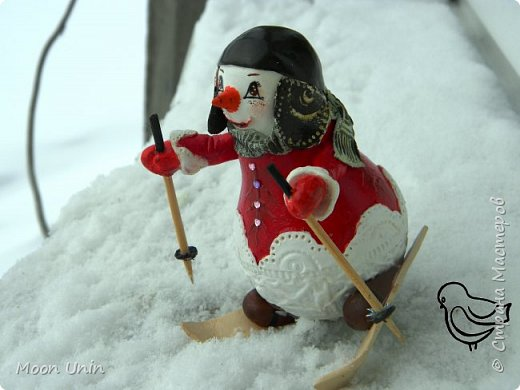 Вот такой у меня получился задорный снеговик-лыжник) Основа фигурки - лампочка. фото 6