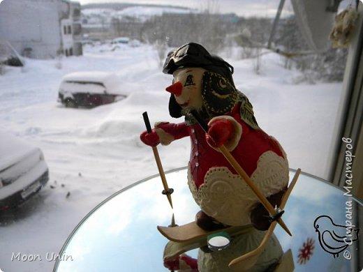 Вот такой у меня получился задорный снеговик-лыжник) Основа фигурки - лампочка. фото 9