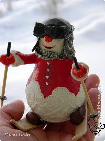 Вот такой у меня получился задорный снеговик-лыжник) Основа фигурки - лампочка. фото 12