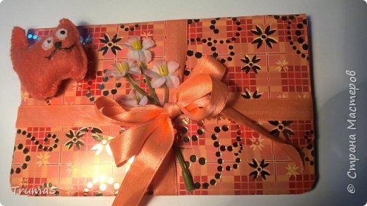 Купила картон цветной для творчества. По выкройке любого конверта вырезала конверт.В конверте естественно денежка. Украсила конверт лентой и цветочком. Cделала объемную аппликацию из фетра котика и приклеила клеевым пистолетом. фото 1