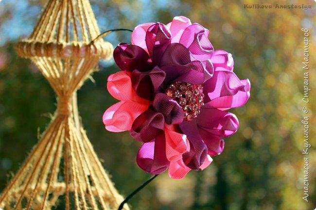 Здравствуйте!  В этом видео уроке мы сделаем пышный цветок канзаши из необычный лепестков. Я бы назвала этот лепесток - бантик. Уж очень он мне его напоминает. Материал для этого цветка я выбрала репс, он плотный, держит форму, и вообще он очень фактурный. Приятного просмотра и Творческих успехов!