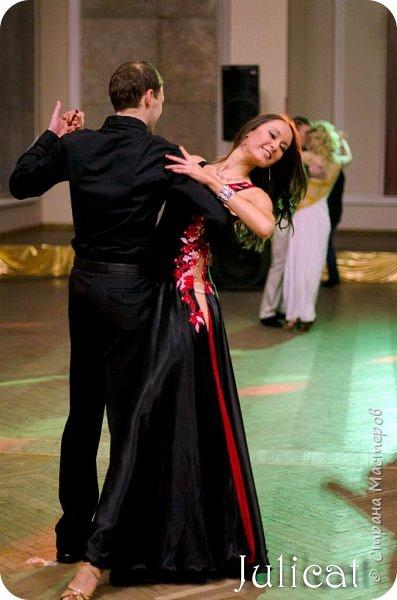 """Приветствую Вас, уважаемые жители """"Страны Мастеров"""" и наши гости!  Сегодня хочу познакомить Вас с моей работой пятилетней давности - бальное платье.  Платье шила для моей старшей дочери Юлии для университетского концерта.  Дочь 12 лет занималась бальными танцами, и на концерте она исполняла свой любимый танец.  Мне была поставлена задача - в кратчайшие сроки пошить эффектное бюджетное платье для страстного танца - Танго.  Я с воодушевлением взялась за дело. Результат приятно порадовал и меня и дочку. Платье смотрелось в танце очень красиво. Дочка осталась очень довольна.  К сожалению, ни одного фото с концерта не сохранилось...   Зато через время наше платье понадобилось моей племяннице Анюте, которая такая же высокая и стройная, как и ее сестра. Так что на фото Вы видите платье на племяннице.  фото 10"""