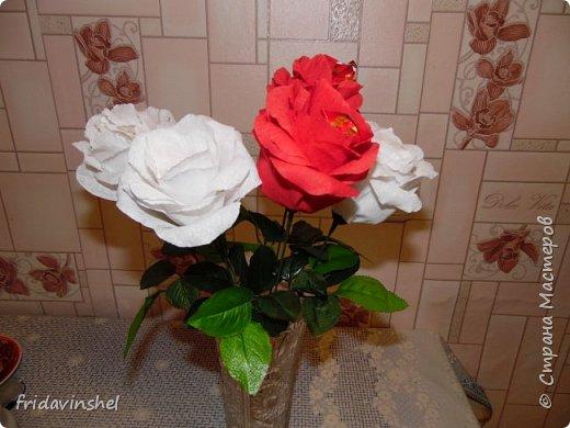 Всем привет.В этом году на 8 марта буду радовать своих родных и любимых женщин вот такими конфетными розами.Издали смотрятся как живые))) Не знаю,как вам ,дорогие друзья ,но мне самой нравятся. Как говорится и дешево ,и сердито.Сперва глаз порадуют,а потом и конфеткой насладиться можно. фото 2
