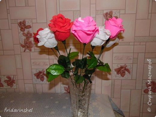 Всем привет.В этом году на 8 марта буду радовать своих родных и любимых женщин вот такими конфетными розами.Издали смотрятся как живые))) Не знаю,как вам ,дорогие друзья ,но мне самой нравятся. Как говорится и дешево ,и сердито.Сперва глаз порадуют,а потом и конфеткой насладиться можно. фото 1