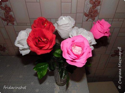 Всем привет.В этом году на 8 марта буду радовать своих родных и любимых женщин вот такими конфетными розами.Издали смотрятся как живые))) Не знаю,как вам ,дорогие друзья ,но мне самой нравятся. Как говорится и дешево ,и сердито.Сперва глаз порадуют,а потом и конфеткой насладиться можно. фото 3