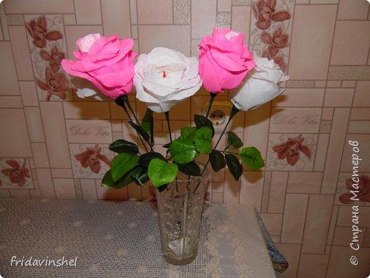 Всем привет.В этом году на 8 марта буду радовать своих родных и любимых женщин вот такими конфетными розами.Издали смотрятся как живые))) Не знаю,как вам ,дорогие друзья ,но мне самой нравятся. Как говорится и дешево ,и сердито.Сперва глаз порадуют,а потом и конфеткой насладиться можно. фото 4