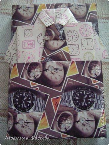 Моя дочурка приготовила подарок однокласснику (книга) и решила упаковать, но захотела это сделать как-то оригинально. Я с удовольствием ей помогла. фото 4