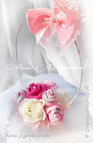 Всем здравствуйте. Это мой первый букетик из носочков, украшен розами с конфетами. фото 1