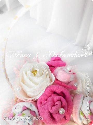 Всем здравствуйте. Это мой первый букетик из носочков, украшен розами с конфетами. фото 2