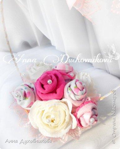 Всем здравствуйте. Это мой первый букетик из носочков, украшен розами с конфетами. фото 3