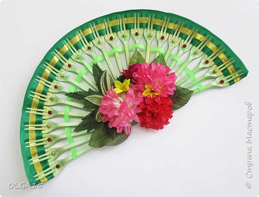 Добрый вечер! Делали с детьми веер декоративный их пластиковых одноразовых вилок. Вилки предварительно окрашены акриловой краской. фото 7