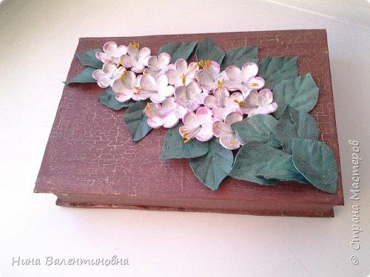 Добрые сутки дорогие мастерицы и мастера.Продолжаю тему весны.Шкатулка сделана из книги.Обтянута тканью, покрашена, крокелюр.Цветочки и листики сделаны из кожи. фото 2