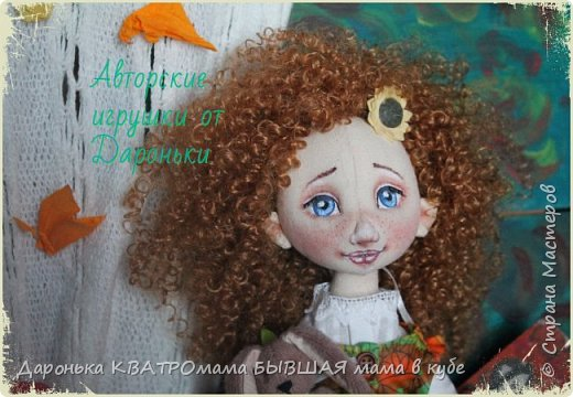Куколка Злата-само олицетворение Золотой Осени, (Бабьего Лета)той самой, что наступает в самом конце лета и радует нас теплыми денечками и яркими красками...Рыжая, Солнечная,Золотая, она будет замечательной частью любой коллекции кукол настоящих ценителей!  Злата выполнена по всем канонам расписных кукол: - только из натуральных материалов; -гипоаллергенного наполнителя; -роспись художественным акрилом и сухой и масляной пастелью - с проволочным каркасом(пальчики и ножки сгибаются, головка-наклоняется); - ручки и ножки двигаются-за счет подвижного крепления; - одежда куклы(сарафан, нижнее платье, пантолончики, выполнены в бохостиле) и обувь(ручной работы!)-снимаются -игрушка Заинька сшит полностью на руках, с проволочным каркасом в ушках, лапки у него тоже двигаются фото 8