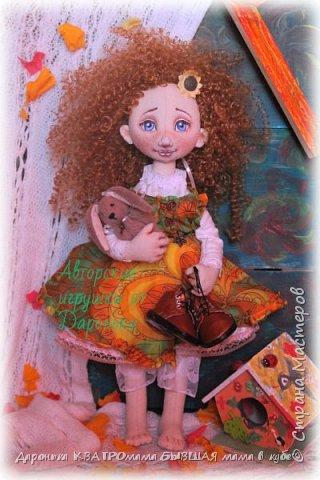 Куколка Злата-само олицетворение Золотой Осени, (Бабьего Лета)той самой, что наступает в самом конце лета и радует нас теплыми денечками и яркими красками...Рыжая, Солнечная,Золотая, она будет замечательной частью любой коллекции кукол настоящих ценителей!  Злата выполнена по всем канонам расписных кукол: - только из натуральных материалов; -гипоаллергенного наполнителя; -роспись художественным акрилом и сухой и масляной пастелью - с проволочным каркасом(пальчики и ножки сгибаются, головка-наклоняется); - ручки и ножки двигаются-за счет подвижного крепления; - одежда куклы(сарафан, нижнее платье, пантолончики, выполнены в бохостиле) и обувь(ручной работы!)-снимаются -игрушка Заинька сшит полностью на руках, с проволочным каркасом в ушках, лапки у него тоже двигаются фото 5