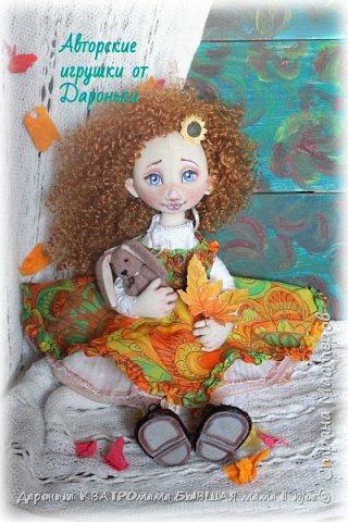 Куколка Злата-само олицетворение Золотой Осени, (Бабьего Лета)той самой, что наступает в самом конце лета и радует нас теплыми денечками и яркими красками...Рыжая, Солнечная,Золотая, она будет замечательной частью любой коллекции кукол настоящих ценителей!  Злата выполнена по всем канонам расписных кукол: - только из натуральных материалов; -гипоаллергенного наполнителя; -роспись художественным акрилом и сухой и масляной пастелью - с проволочным каркасом(пальчики и ножки сгибаются, головка-наклоняется); - ручки и ножки двигаются-за счет подвижного крепления; - одежда куклы(сарафан, нижнее платье, пантолончики, выполнены в бохостиле) и обувь(ручной работы!)-снимаются -игрушка Заинька сшит полностью на руках, с проволочным каркасом в ушках, лапки у него тоже двигаются фото 6