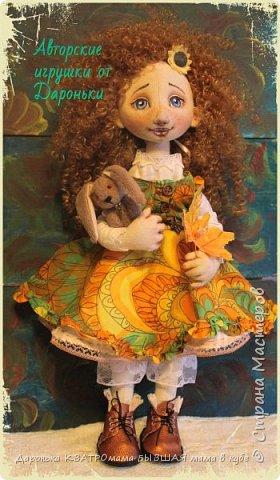 Куколка Злата-само олицетворение Золотой Осени, (Бабьего Лета)той самой, что наступает в самом конце лета и радует нас теплыми денечками и яркими красками...Рыжая, Солнечная,Золотая, она будет замечательной частью любой коллекции кукол настоящих ценителей!  Злата выполнена по всем канонам расписных кукол: - только из натуральных материалов; -гипоаллергенного наполнителя; -роспись художественным акрилом и сухой и масляной пастелью - с проволочным каркасом(пальчики и ножки сгибаются, головка-наклоняется); - ручки и ножки двигаются-за счет подвижного крепления; - одежда куклы(сарафан, нижнее платье, пантолончики, выполнены в бохостиле) и обувь(ручной работы!)-снимаются -игрушка Заинька сшит полностью на руках, с проволочным каркасом в ушках, лапки у него тоже двигаются фото 3