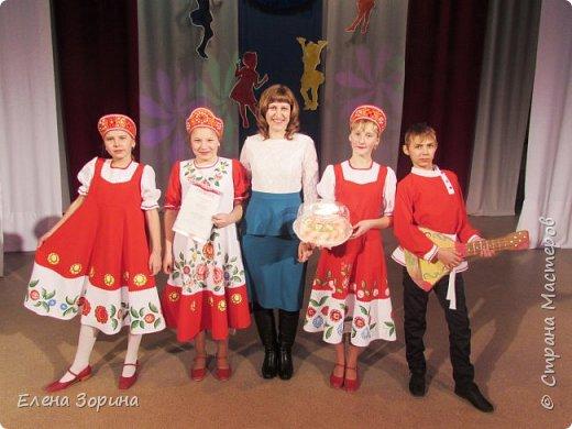модели русских народных костюмов с городецкой росписью, целый месяц мы готовились к демонстрации моделей. Заняли первое место. фото 1