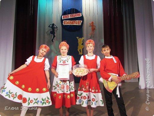 модели русских народных костюмов с городецкой росписью, целый месяц мы готовились к демонстрации моделей. Заняли первое место. фото 2