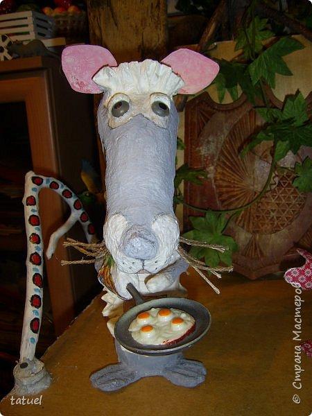 Всем добрый вечер. Знакомьтесь: мышка хозяйственная. Живет при доме.  Помогает на кухне, готовит, накрывает на стол, моет посуду.  фото 1