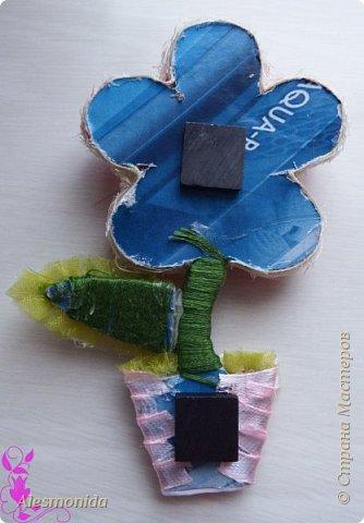 """Всем добрый вечер! Вот такие магнитики - топиарчики у меня сотворились! """"Заболела"""" идеей топиариев, но захотелось создать что-то немного новенькое, интересненькое, и вот магнитики топиарчики в стиле цветочков придумались мне, после поиска в интернете, и того, как я нашла деревянные заготовки цветов))). Захотелось сделать из мелких шариков из сизаля, создавая при этом не просто топиарий а цветок! Хотелось бы поделиться идеей как я их делала! В начале было 2 магнитика, но я добавила еще 2, которые сделала, добавила немного тычинок и божьих коровок в начальные))) фото 20"""
