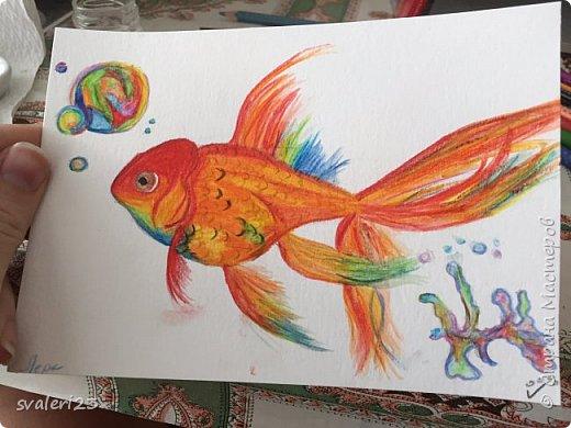 Понадобится - бумага для акварели. Акварельные карандаши - у меня Faber Castell Кисточка - достаточно тонкая - синтетика/белка/пони - не важно - главное чтоб носик был длинный Простой карандаш, ластик.  Рисуем набросок рыбки и пузырей- а дальше начинаем заполнять цветами- идем от головы рыбки к хвосту. Основные цвета- красный, оранжевый, желтый, зеленый и синий - для рыбки. Для пузырей также добавляем фиолетовый.  После заполнения цветом нашей рыбки, берем кисточку смачиваем ее водой (но не сильно) и начинаем плавно от цвета к цвета проводить по разукрашенным участкам. Так наша рыбка обретает более плавные контуры.  При разукрашивании более светлых тонов кисточку лучше промывать более тщательно.