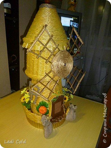 Мельница выполнена плетением вокруг шпажек из обыкновенного бельевого шнура. фото 2