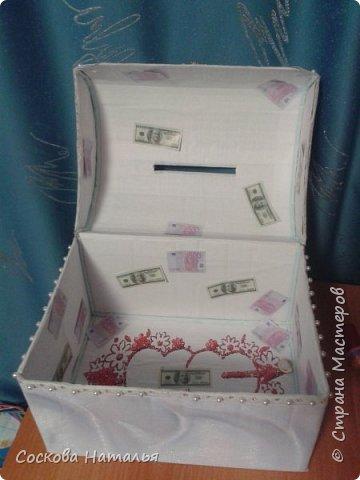 Всем Здравствовать, не хворать. На свадьбе была тамадой и решила обыграть собирание денег с назначением главного казначея. И для такого случая решила сама соорудить денежный сундучок. Пожалуйста полюбуйтесь результатом. фото 3