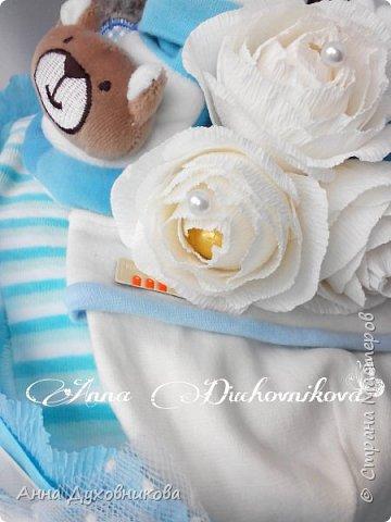 Всем привет. Сегодня покажу вам свои первые памперсные тортики. Первый делала в подарок. Основу из памперсов обернула пеленкой хб, сверху кофточка и шапочка. В пинеточки посадила розочки из носочков. Ну и розы с конфетами. фото 1