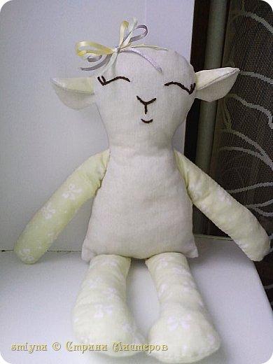 Вот решила сшить овечку - тильду,в подарок.Получилась вот такая милашка.