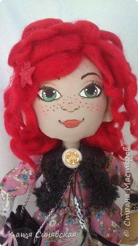 Вот такая яркая и немножко дерзкая девочка у меня получилась.Как у меня обычно бывает, желание создать новую куколку возникло спонтанно. Сшила, задумка по образу была совершенно другая, но в общем результатом я осталась довольна... фото 3