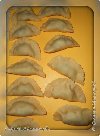 """Сегодня с мужем лепили домашние вареники с картошкой и грибами.  Хочу поделиться с Вами. По себе знаю, как увидишь что-то вкусненькое, так сразу хочется приготовить. Надеюсь и у вас появится такое желание. Как делать тесто, я писала в рецепте """"Домашние пельмени: http://stranamasterov.ru/node/1002816 фото 11"""