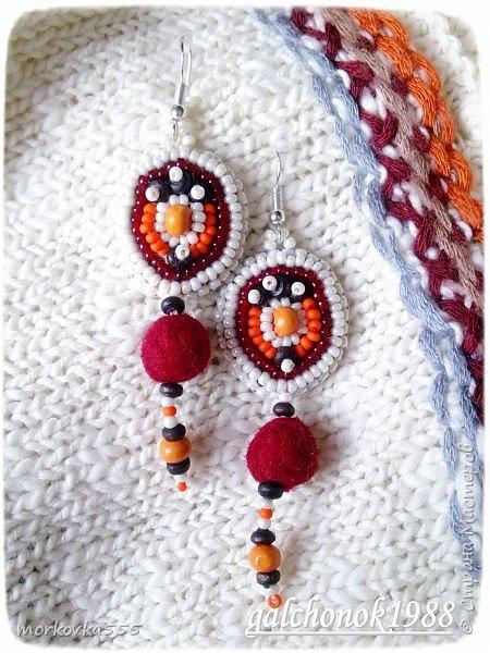 Подарок сестры - кардиган с нотками этно (служит фоном) вдохновил меня на создание серёг. Серьги вышиты бисером оттенков моего кардигана.  Украшены  подвесками из бисера, деревянных бусин и валянных из шерсти бусин. Фурнитура - серебро.Серёжки получились очень легкие, не оттягивают ушки. фото 3
