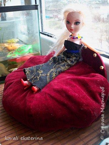 На днях делала ревизию в шкафу.....чуть было не выбросила кепочку, покрутила-повертела, и возникла идея попробовать сделать кругленький диван куклам. фото 2