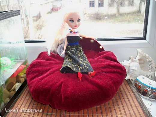 На днях делала ревизию в шкафу.....чуть было не выбросила кепочку, покрутила-повертела, и возникла идея попробовать сделать кругленький диван куклам. фото 3