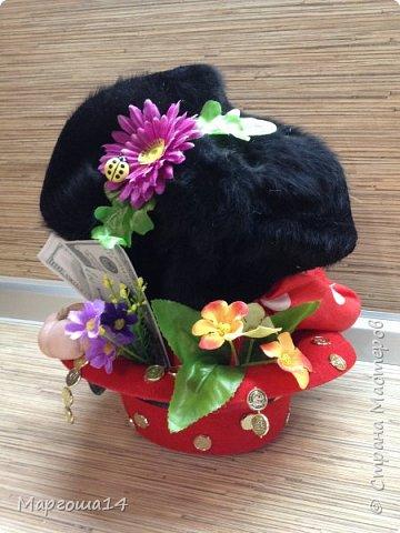 Домовой сидящий в шляпе. После праздников осталась шляпка,решила применить,посадив  в неё домового. Наверное,надо было сшить рубашку другого цвета для контраста с красной шляпой,но уже что получилось ,то получилось)))) Мешочек с добром снимается. фото 3